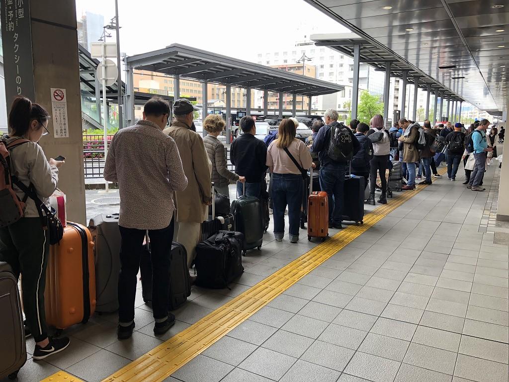 京都駅の新幹線口のタクシー待ちの行列