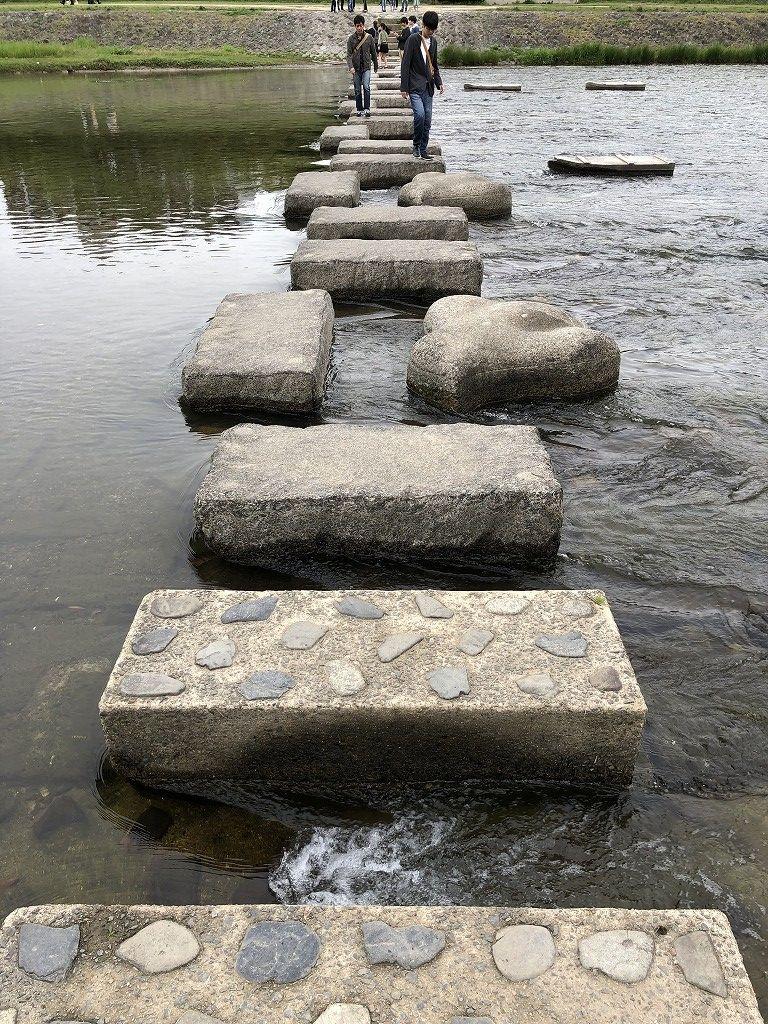 鴨川の飛び石で遊ぶ妻子2