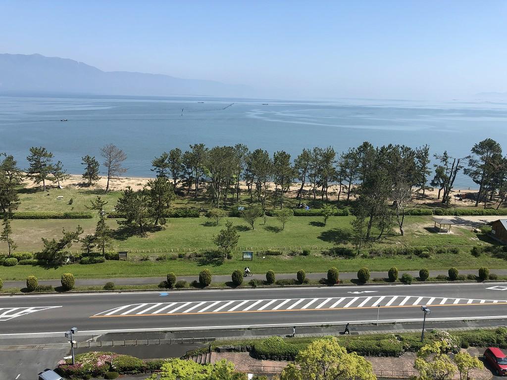 青い琵琶湖と青い空2