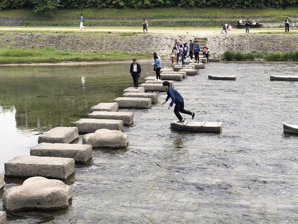 鴨川の飛び石ジャンプ