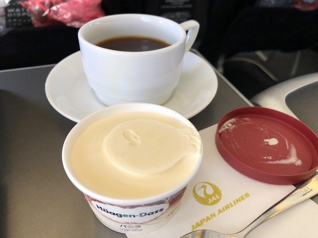 JAL957便ビジネスクラスのコーヒーとハーゲンダッツ