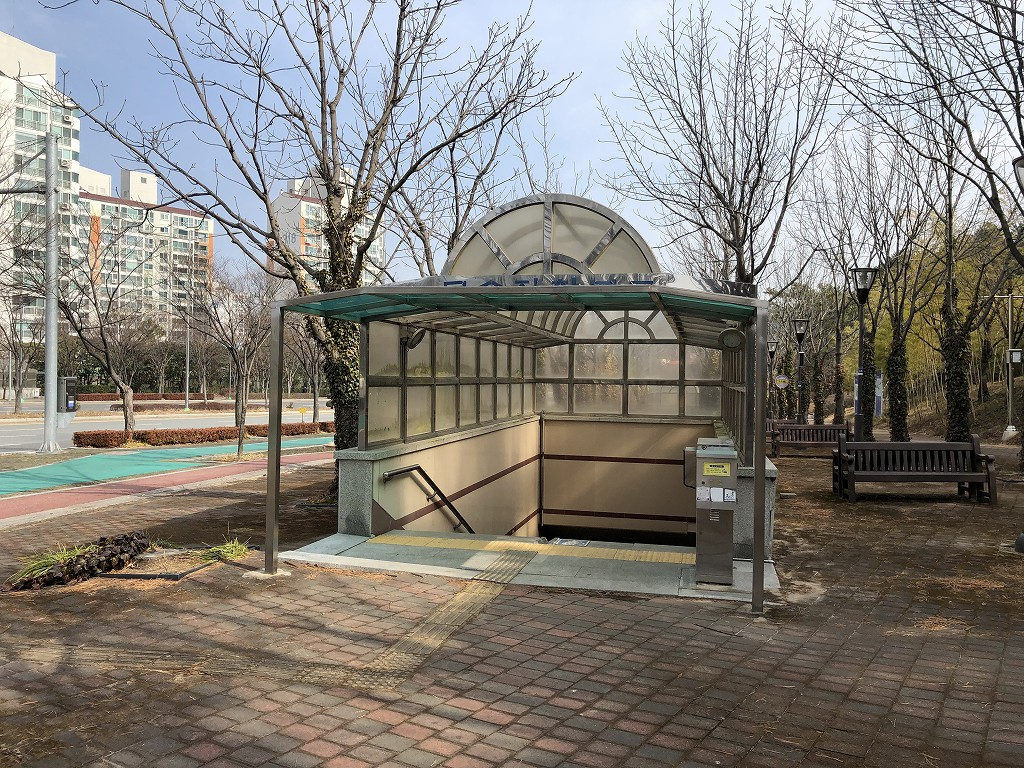 蔚山文殊サッカースタジアムの道路の反対側のバス停