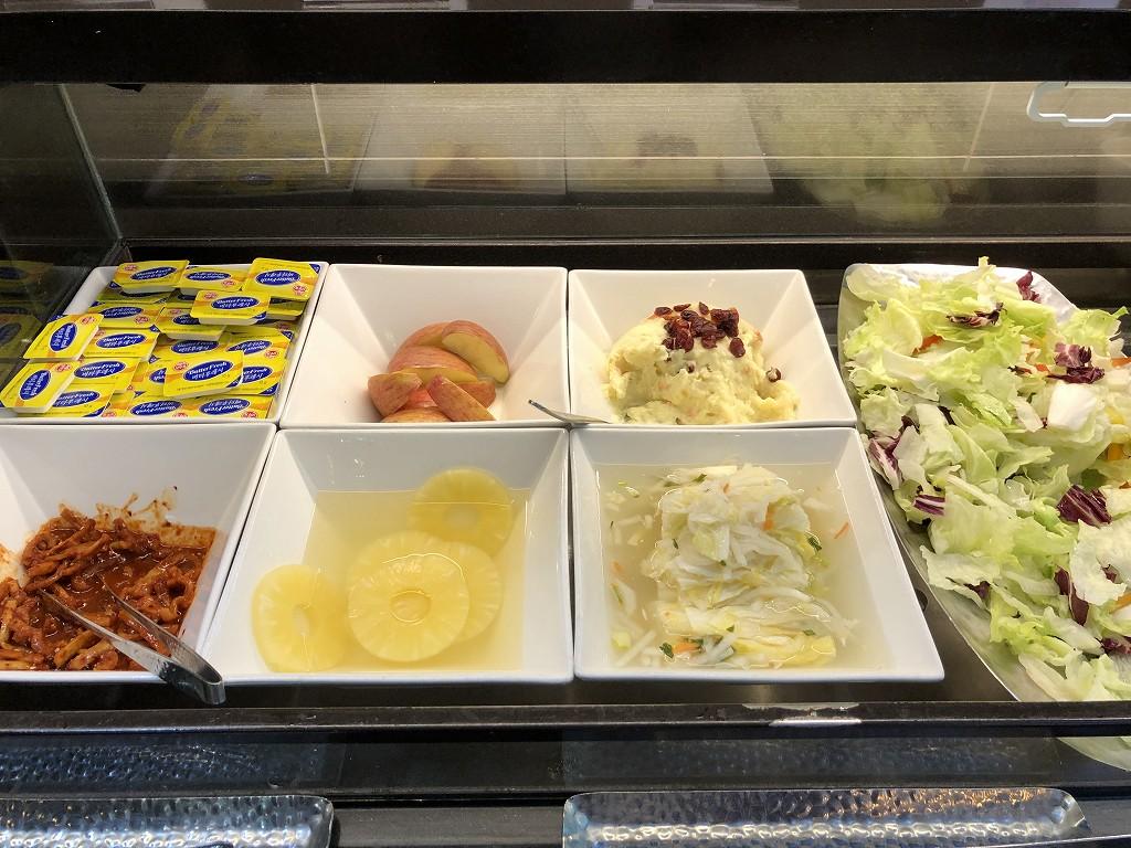 金海空港のSKY HUB LOUNGEのサラダとフルーツ