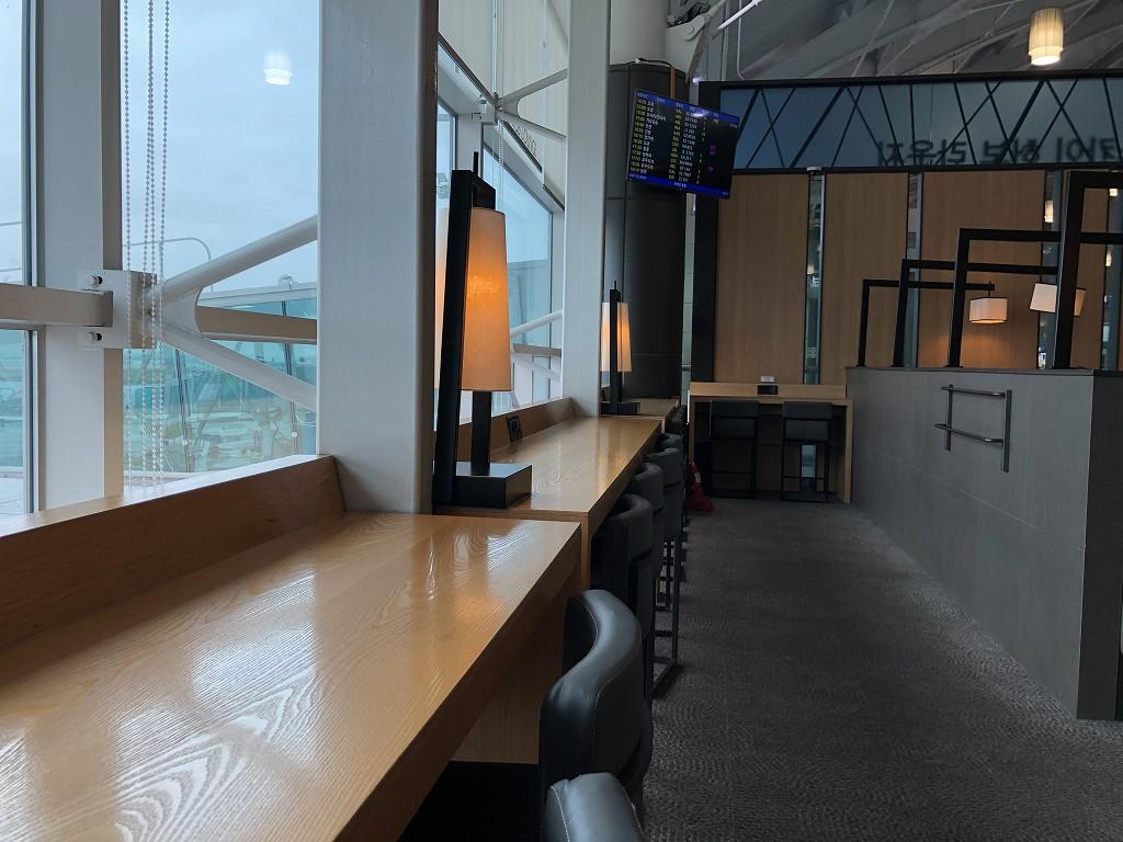 金海空港のSKY HUB LOUNGEの窓際席1