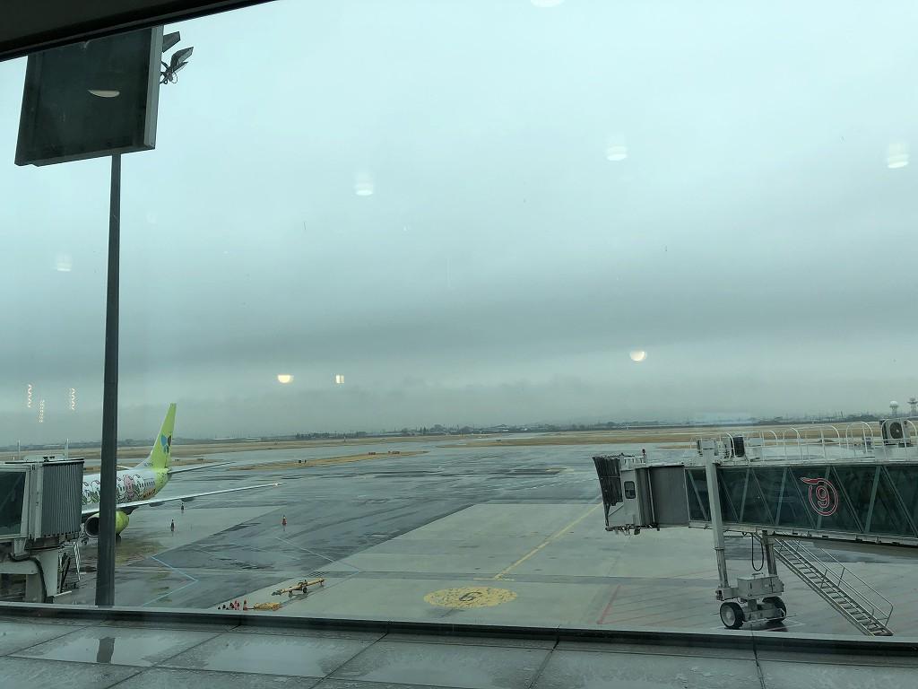 金海空港のSKY HUB LOUNGEの窓際席2
