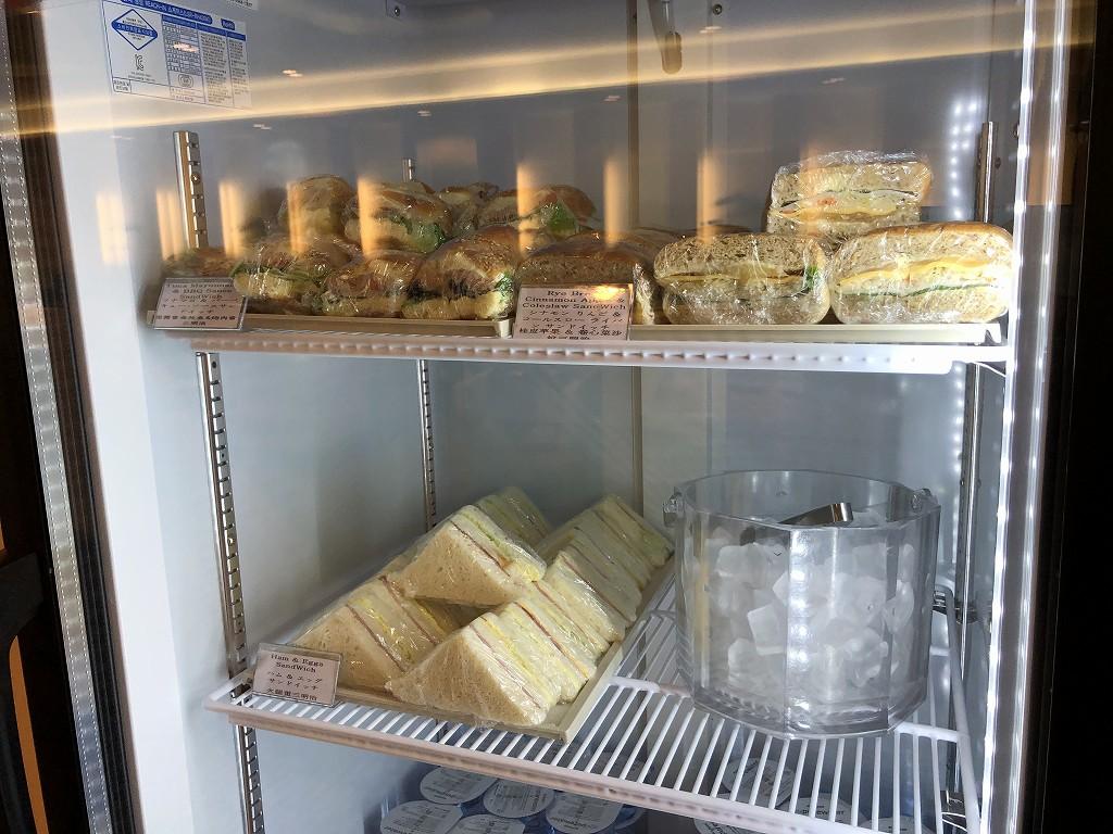 金海空港のKALラウンジのサンドイッチ