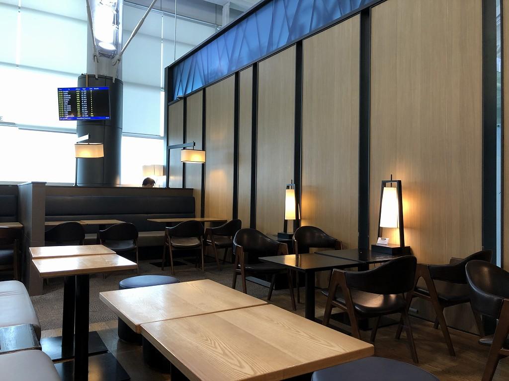 金海空港のSKY HUB LOUNGEのテーブル