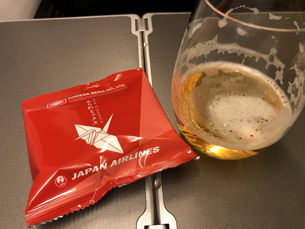 JAL958便のビジネスクラスのビールとつまみ