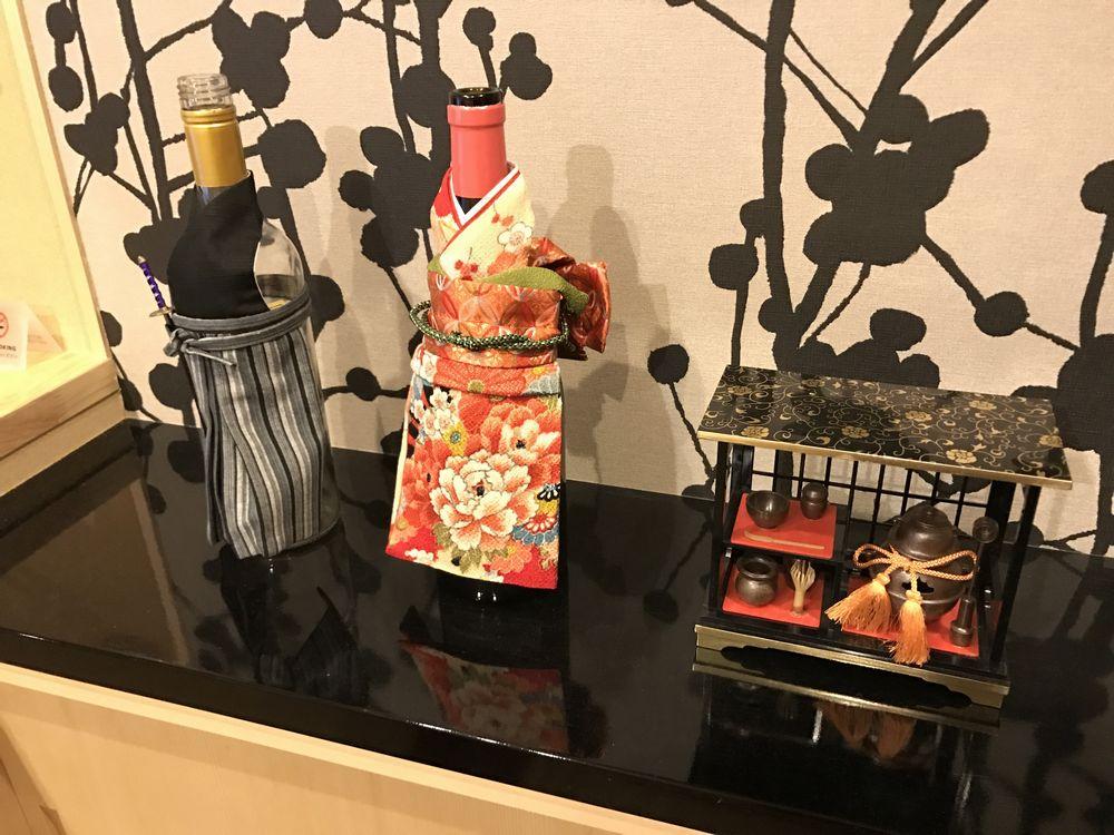 京都のAirbnbの家のキッチンの棚の上の置物