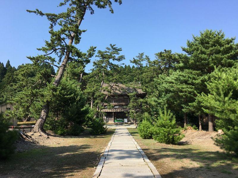 秋田の天徳寺の総門を抜けたところ
