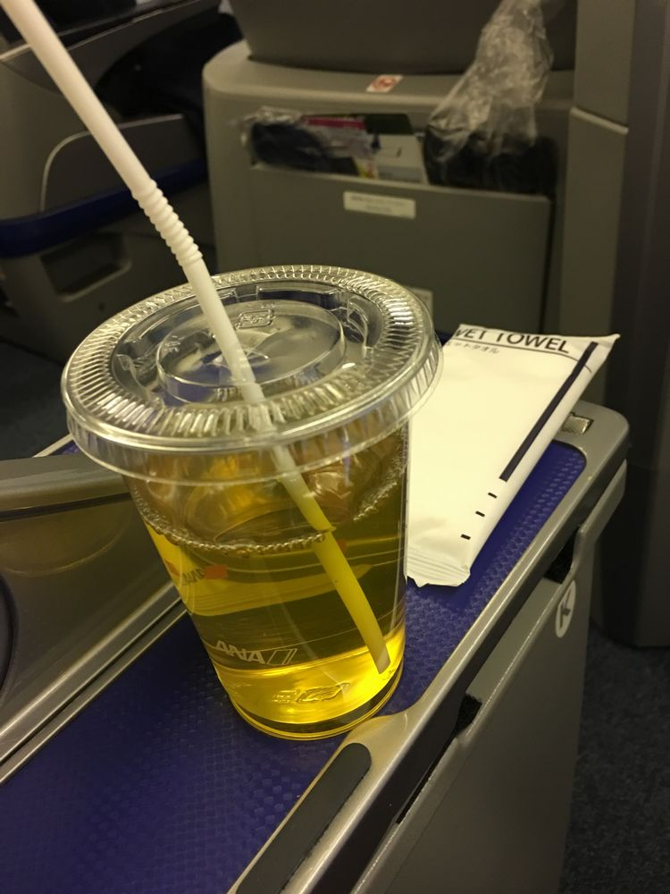 ANA410便(秋田-羽田)のプレミアムクラスの冷たいお茶