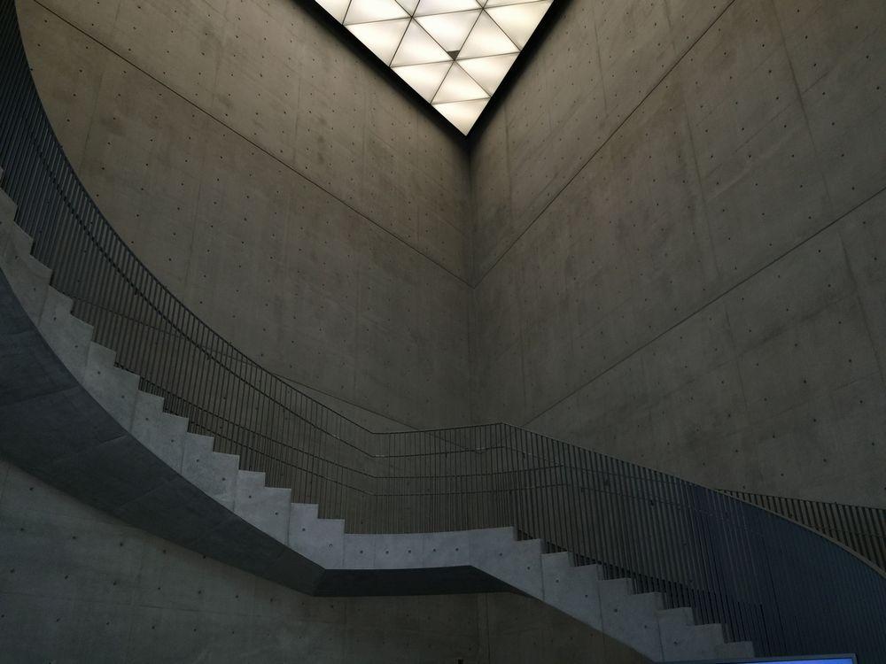 秋田県立美術館の吹き抜けと階段