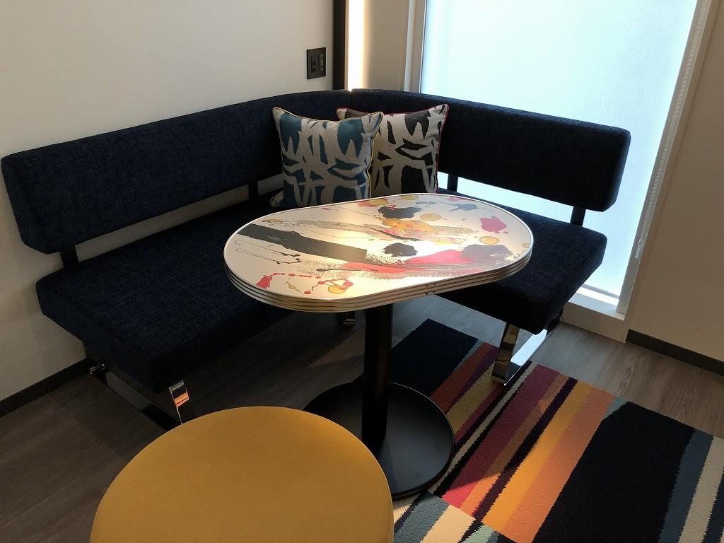 アロフト東京銀座のサヴィーキングルームのソファ