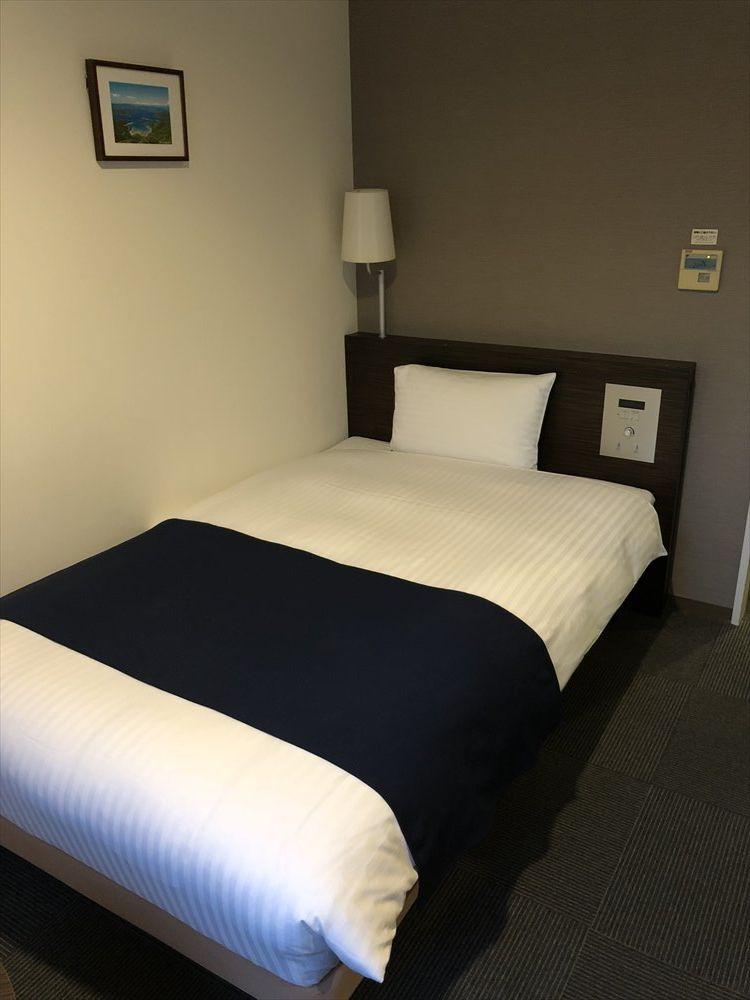 ホテルウエストコート奄美シングルルームのベッド側