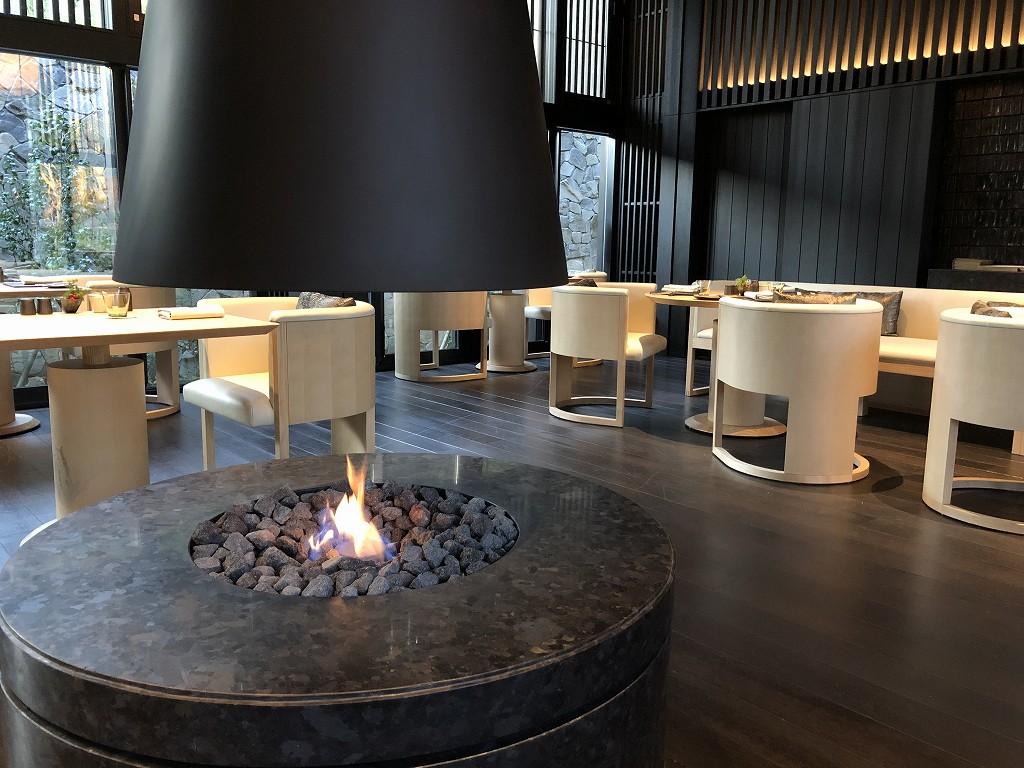 アマン京都のザ・リビング パビリオン by アマンの暖炉