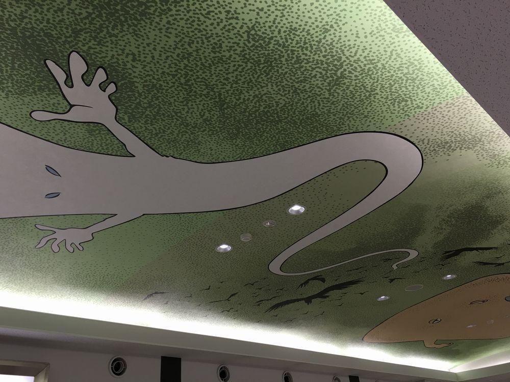 米子空港の手荷物受取所の天井画