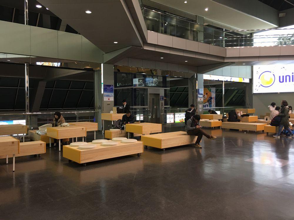 松山空港の保安検査場前の休憩スペース