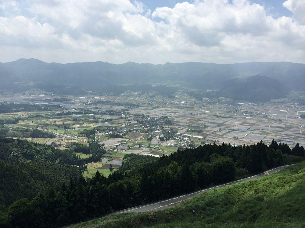 阿蘇のだいぶ標高の高いところからの眺め画像