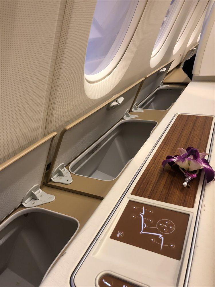 タイ国際航空(TG)エアバスA380のファーストクラスキャビンの収納