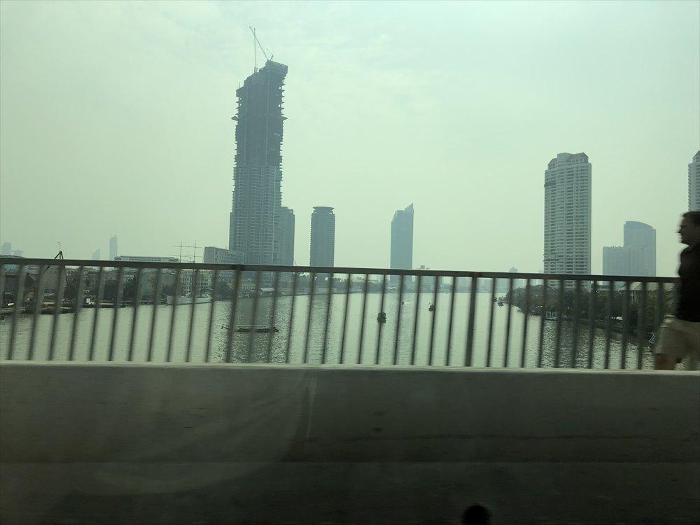 チャオプラヤ川を渡る