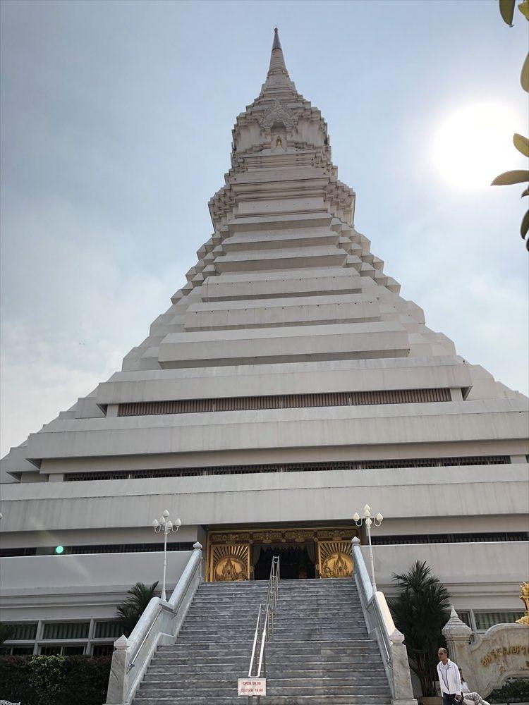 ワットパクナムの仏塔の全景