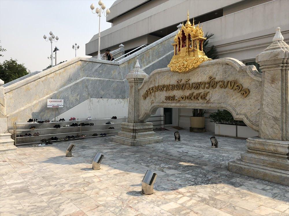 ワットパクナムの仏塔の靴をぬぐところ