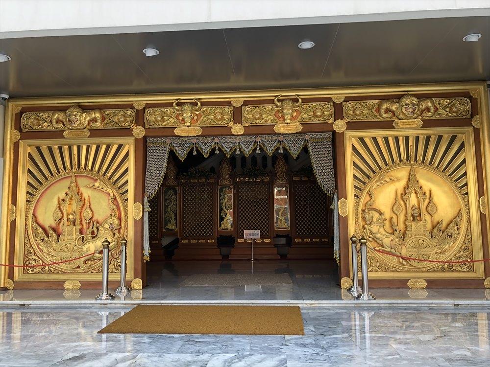 ワットパクナム仏塔の2階の入口