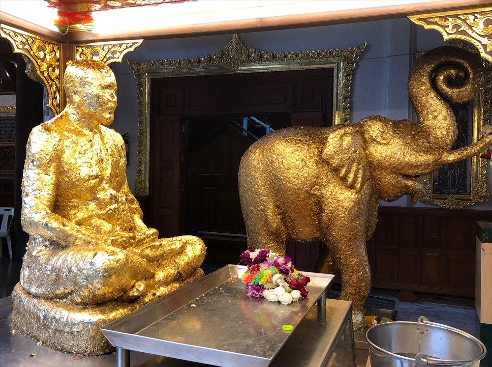 ワットパクナムの金の像
