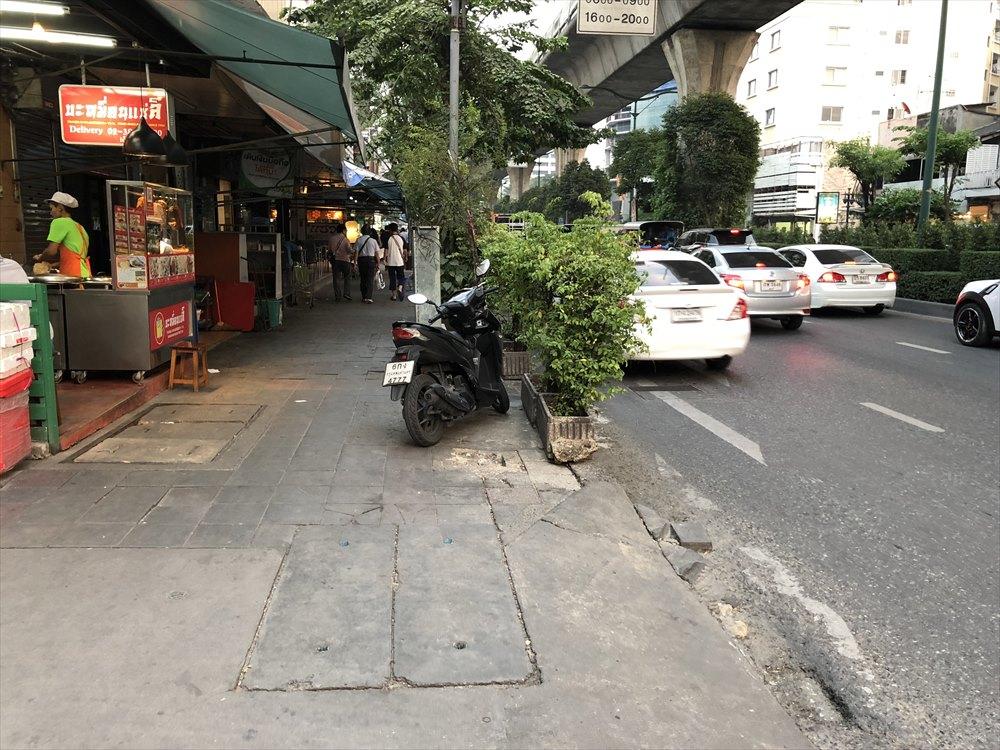 スクンビット通りの凸凹道