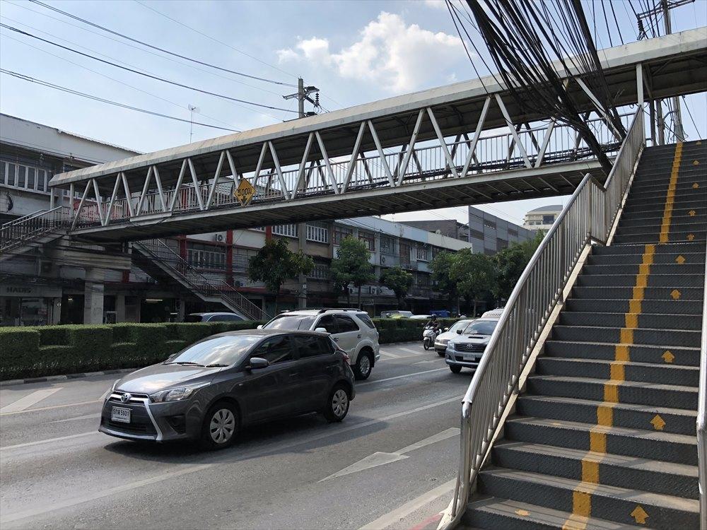 バンコク大学前の歩道橋
