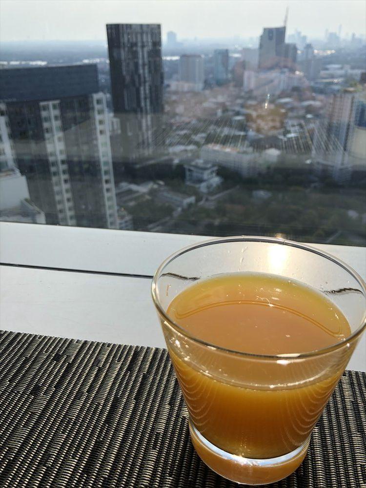 バンコクマリオットホテルスクンビットのラウンジでオレンジジュース