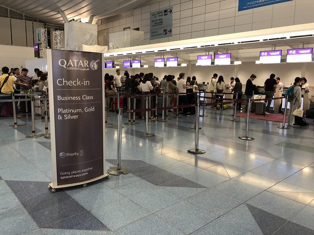 羽田航空のカタール航空のビジネスクラスチェックインカウンター