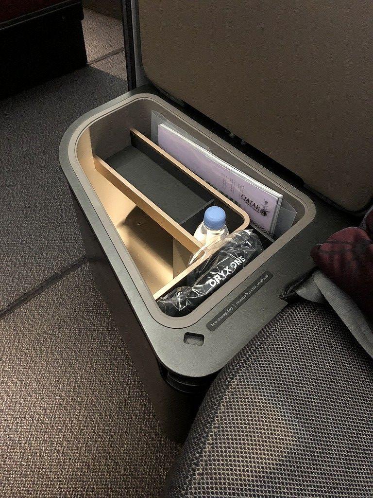 カタール航空のQR813便のQsuiteの収納ボックス