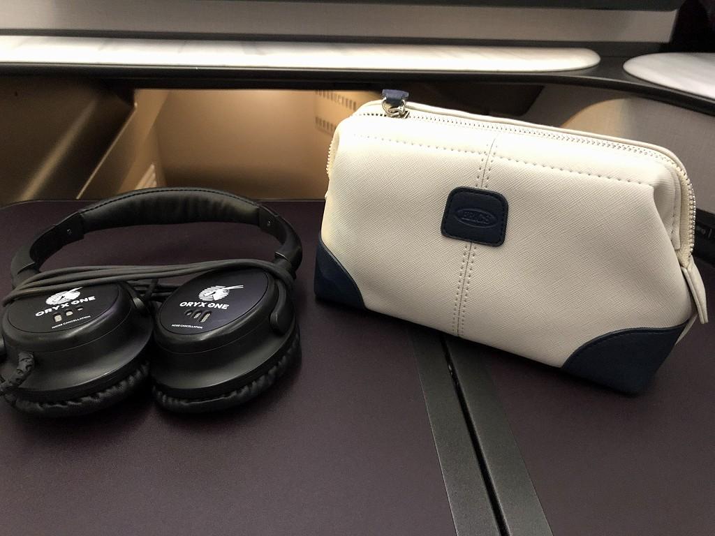 カタール航空のQR813便のQsuiteのノイズキャンセリングヘッドホン