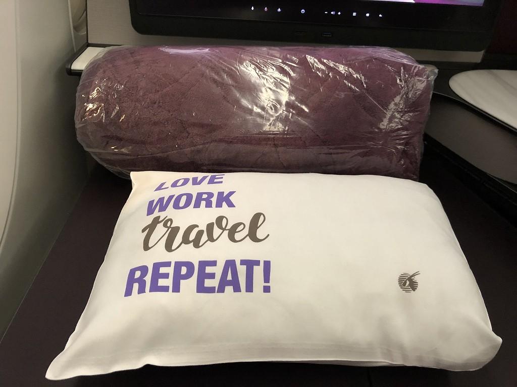 カタール航空のQR813便のQsuiteの枕と毛布