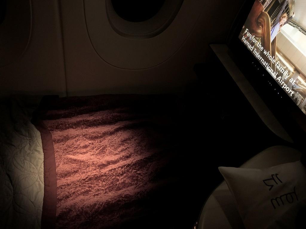 カタール航空のQR813便のQsuiteの毛布を敷く