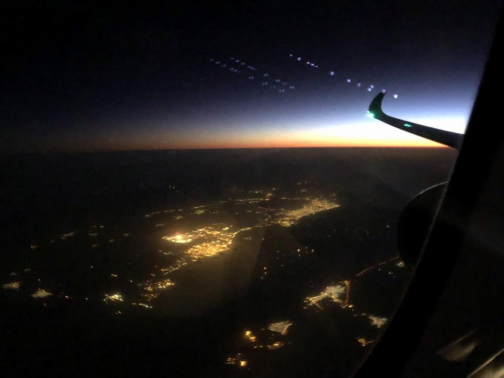 カタール航空のQR813便のQsuiteからの中東の夜明け