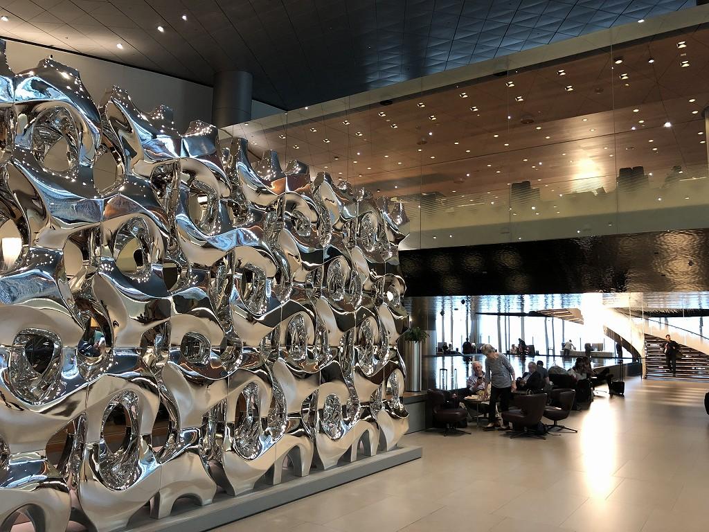 ドーハ空港 アル・ムルジャン ビジネスクラス ラウンジの銀の壁