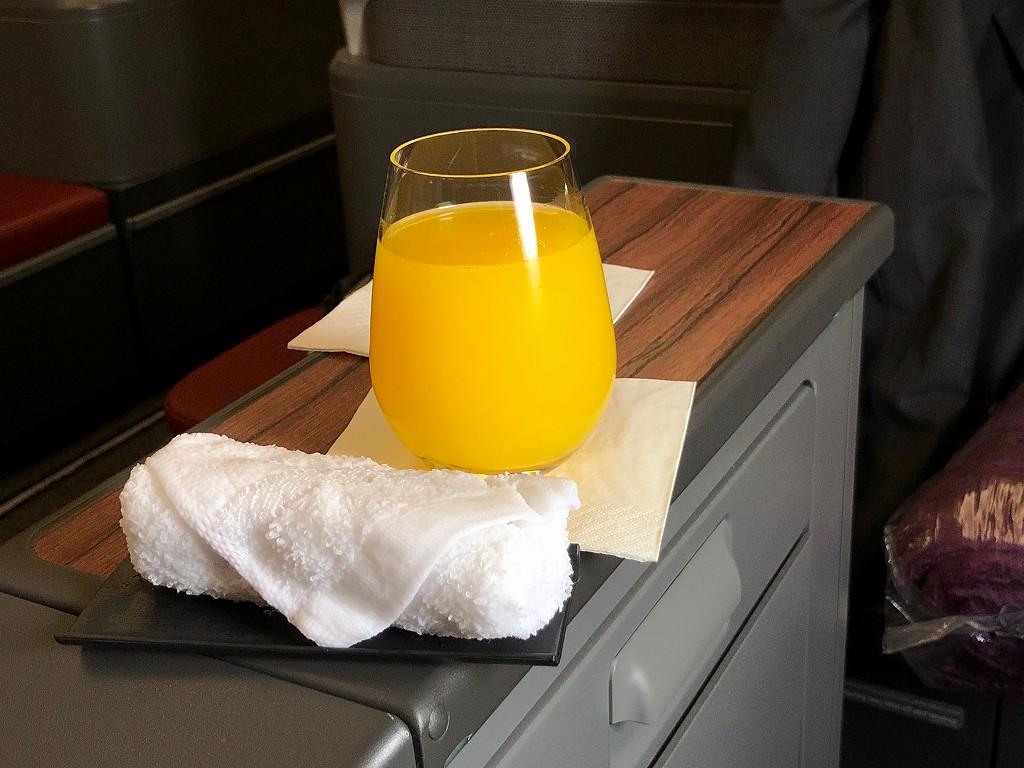 カタール航空のQR145便ビジネスクラス(A350-900機材)のオレンジジュース