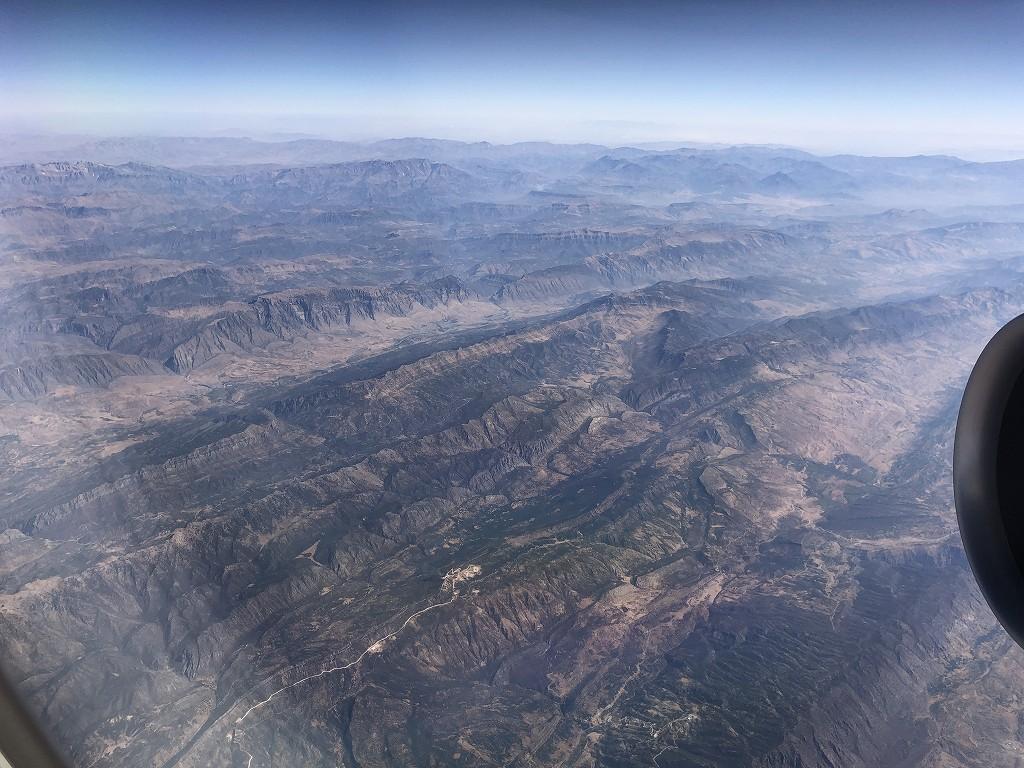 カタール航空のQR145便ビジネスクラス(A350-900機材)からのイラク北部の山岳地帯1