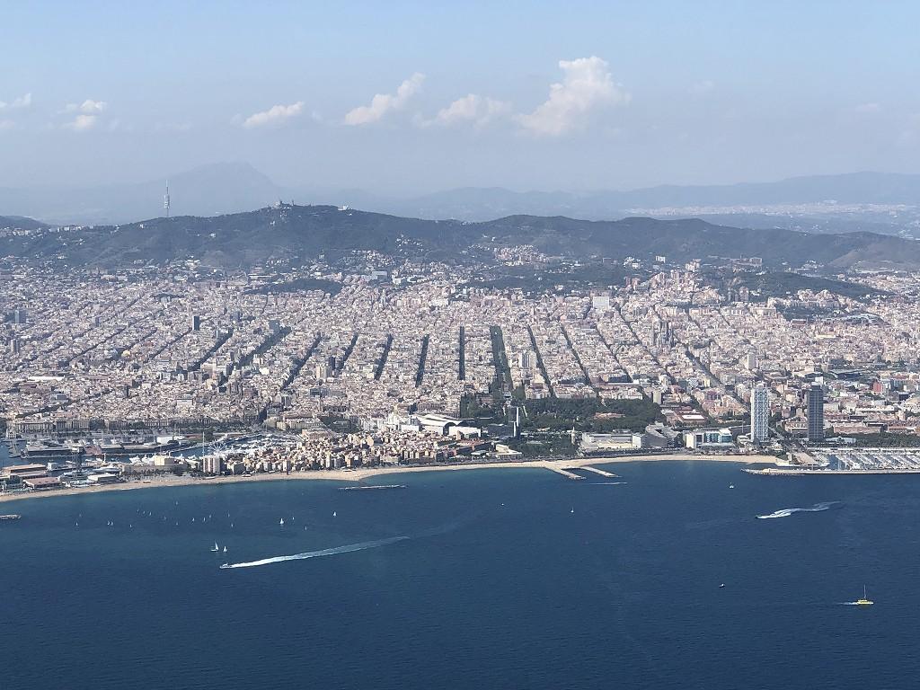 カタール航空のQR145便ビジネスクラス(A350-900機材)からバルセロナ市街地1