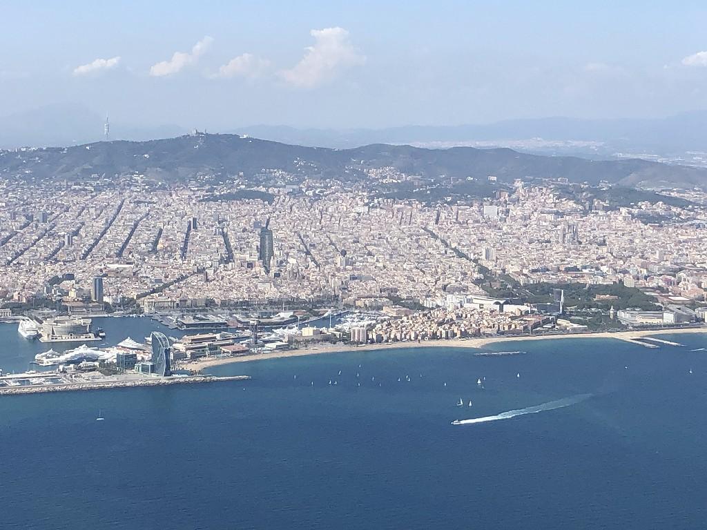 カタール航空のQR145便ビジネスクラス(A350-900機材)からバルセロナ市街地2