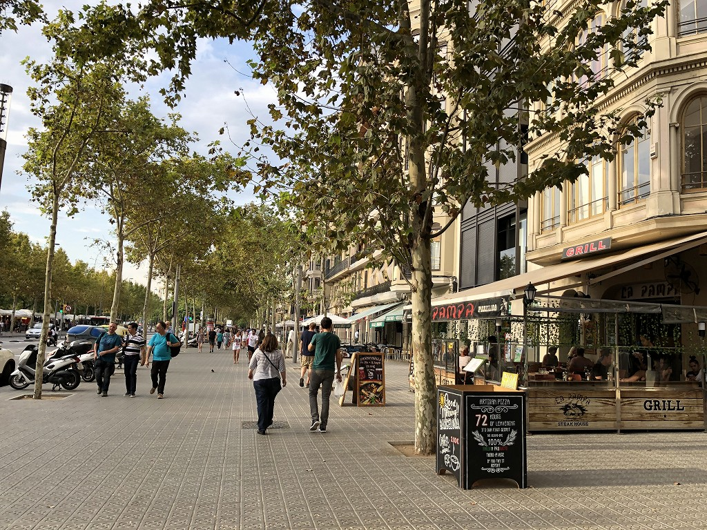 バルセロナの広い歩道