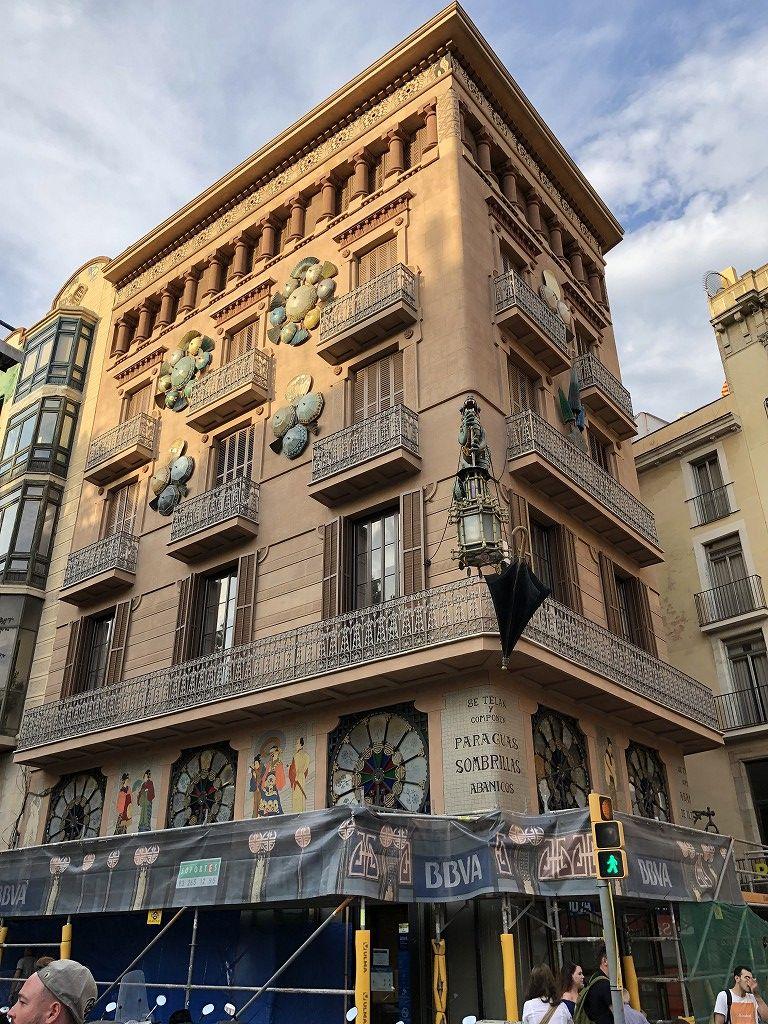 バルセロナのランブラス通り沿いの和テイストの建物
