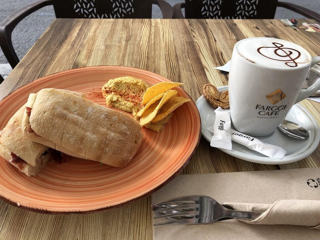 サグラダ・ファミリア近くのCAFFE&LUNCHのイベリコ豚とブリーチーズのパニーニとカフェラテ2
