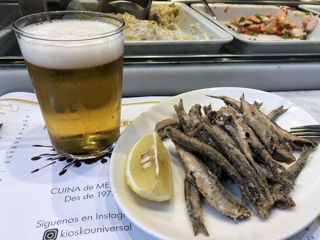 バルセロナのボケリア市場のKIOSKO UNIVERSALのアンチョビ