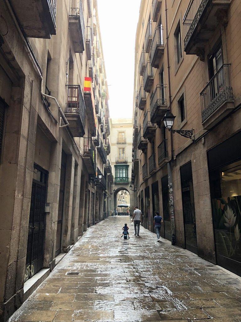 雨に濡れたバルセロナの舗道