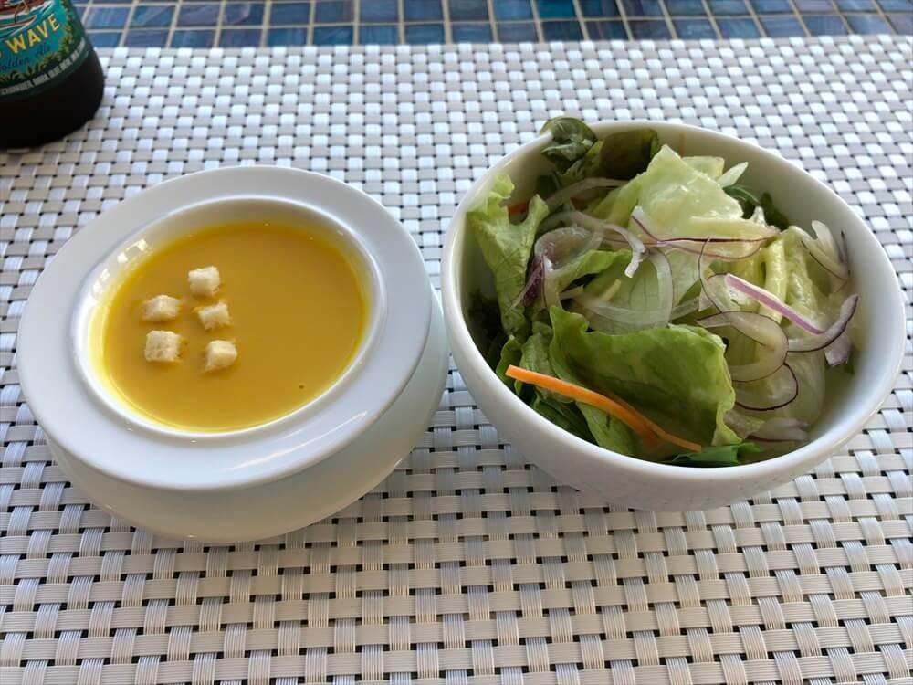 R cafe at Marinaのスープとサラダ