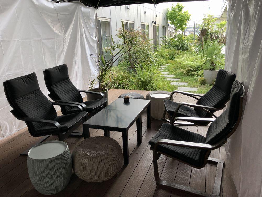 cafe +8101の中庭に面したテラス席