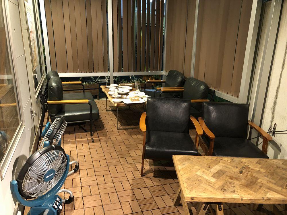 千歳船橋駅のcureの屋外席のローテーブル